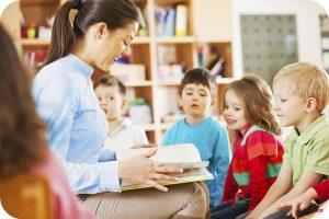 kindergarten-teacher-reading-to-children-1_600x400